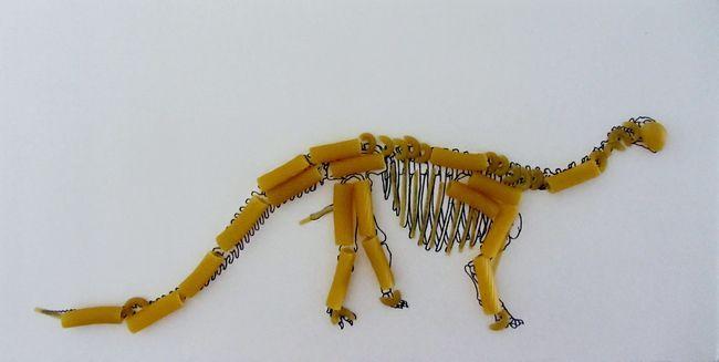 Скелет динозавра з макаронів