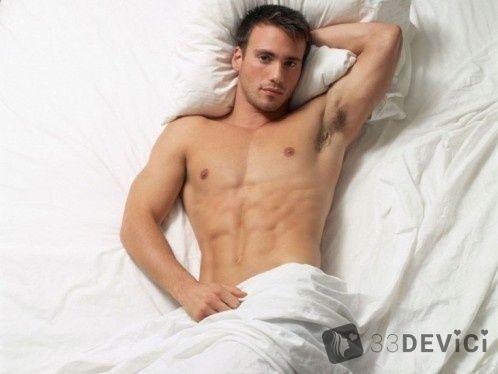 Як чоловік поводиться в ліжку