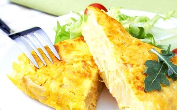 Омлет по-іспанськи з картоплею, цибулею і грибами - картопляна тортилья