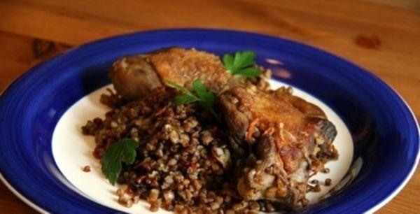 Ситні рецепти: качка, фарширована гречкою і яблуками